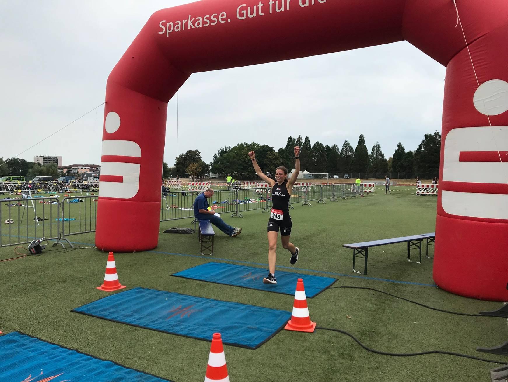 Johannas Zieleinlauf beim Freiburger Triathlon